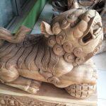 patung kayu dewa singa penjaga